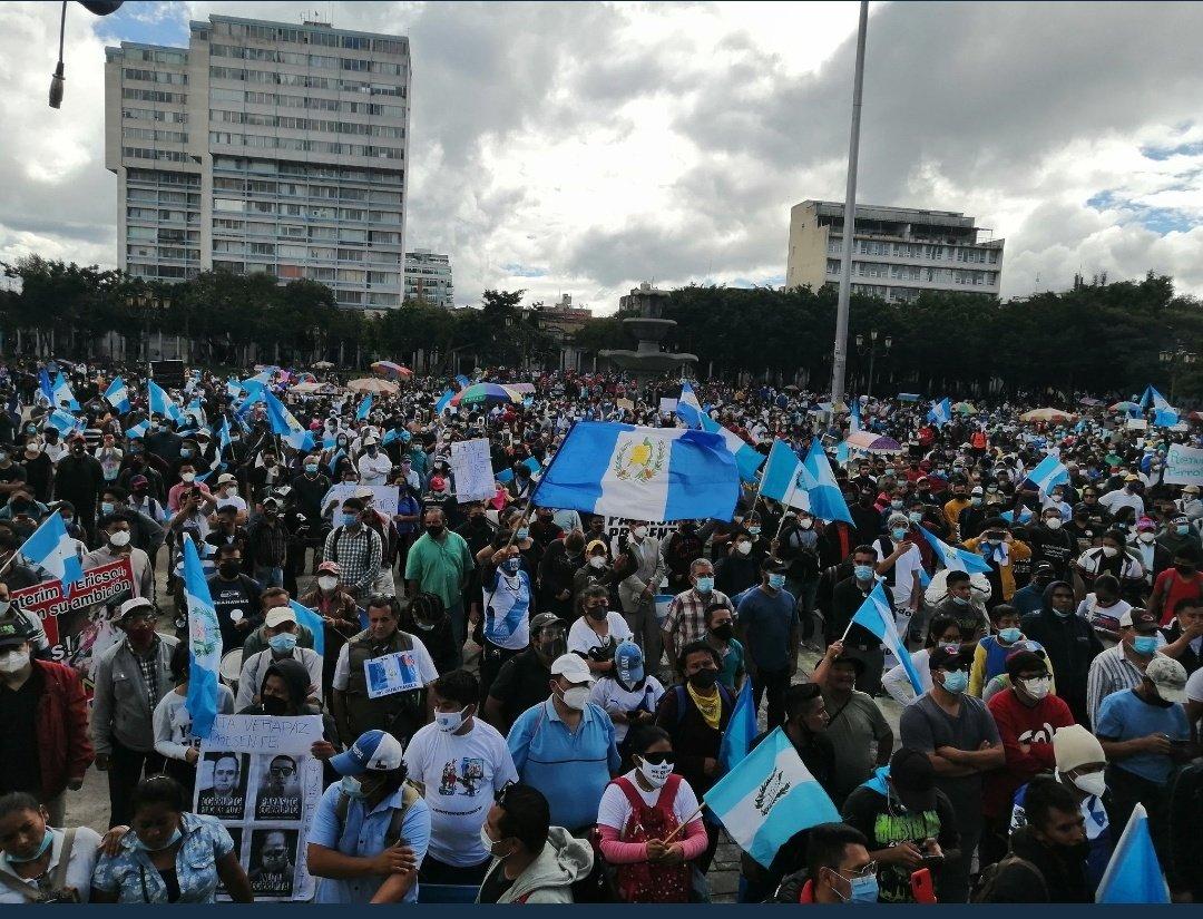 Miles de personas piden la renuncia del presidente guatemalteco. Foto: Twitter